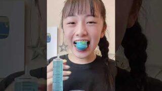 可愛い女性がいちごグミを注射器に刺して食べるの見て真似して地球グミに注射器に刺して食べてみた #shorts