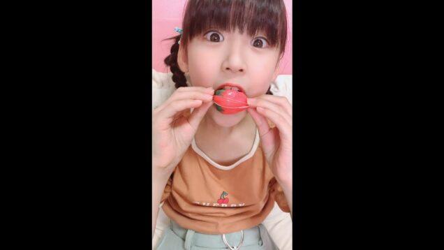 可愛い娘が口で初めて開けれるか!?【いちごグミ】をパクッ!#Shorts